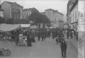 Mercado en la plaza del Campo en Pravia en 1915. Captada de la Memoria Digital de Asturias